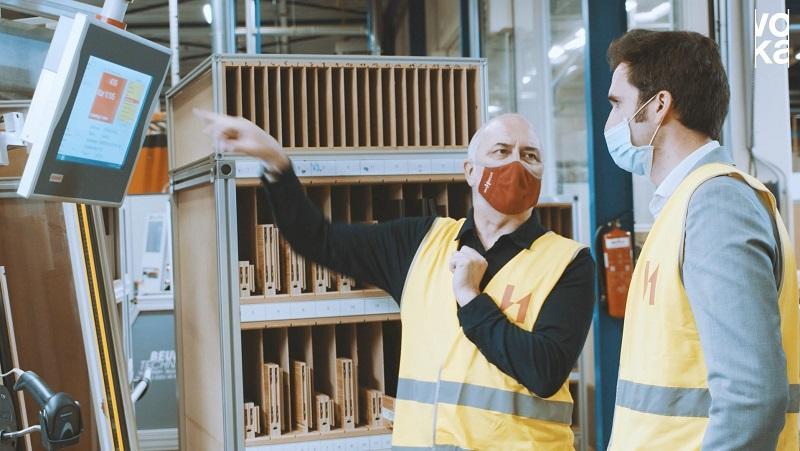 Peter Van Hoecke en Dieter Somers op wandel in de gedigitaliseerde fabriekshal van Van Hoecke NV