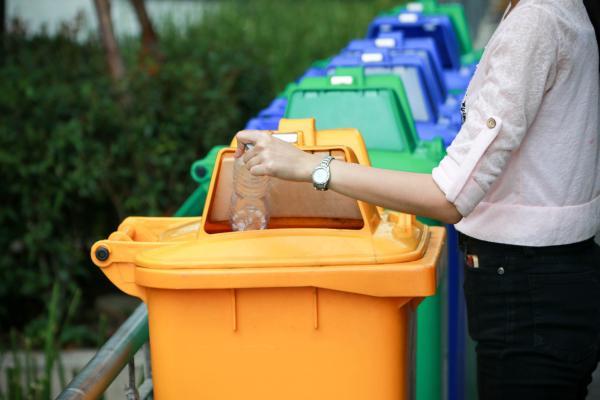 iemand sorteert afval
