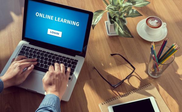 laptop met online opleiding