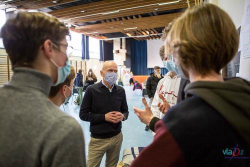 Ondernemer in gesprek met leerlingen tijdens Ondernemers voor de Klas Vlajo