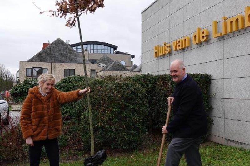 Johann Leten en gouverneur Herman Reynders planten een boom