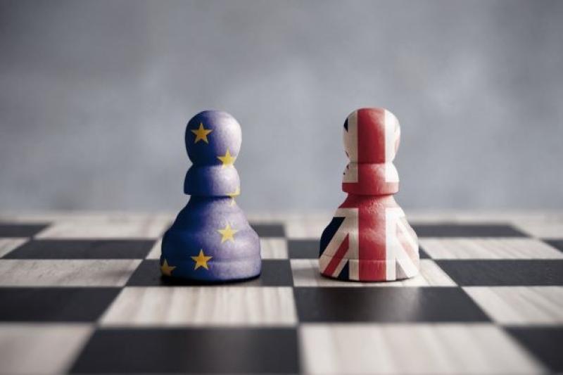 schaakbord met brexitpionnen
