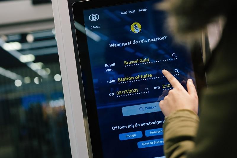 Groot scherm in treinstation waar je vragen aan kunt stellen