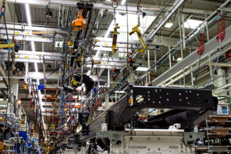 Bij Volvo Trucks is er een test gelopen in één bepaalde area in de fabriek. Uit de bevraging van de betrokken arbeiders kwam naar boven dat het aangenamer werken was.