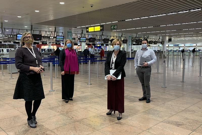 Aviato-personeel in vertrekhal Brussels Airport