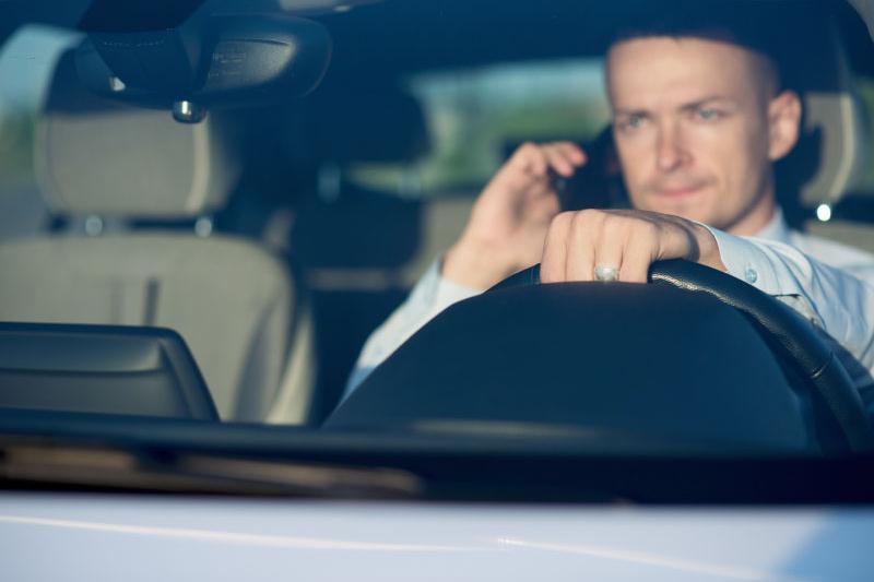 Automobilist met gsm aan het stuur