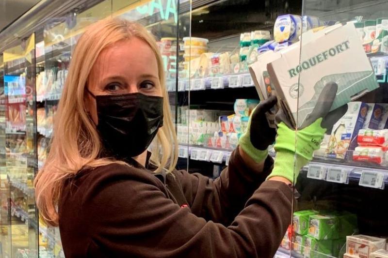 Staatssecretaris Eva De Bleeker (Open VLD) vult rekken bij Carrefour