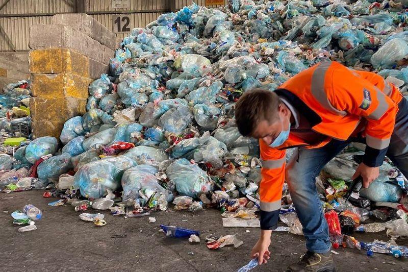 Gilles Vanden Burre (Ecolo) sorteert afval bij Suez