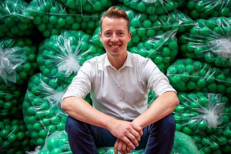 Hannes Anaf (Vooruit) maakt jetons en polsbandjes bij Orakel in Retie