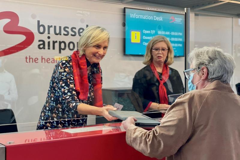 Minister Hilde Crevits (CD&V) vindt verloren tablet van reiziger terug op Brussels Airport