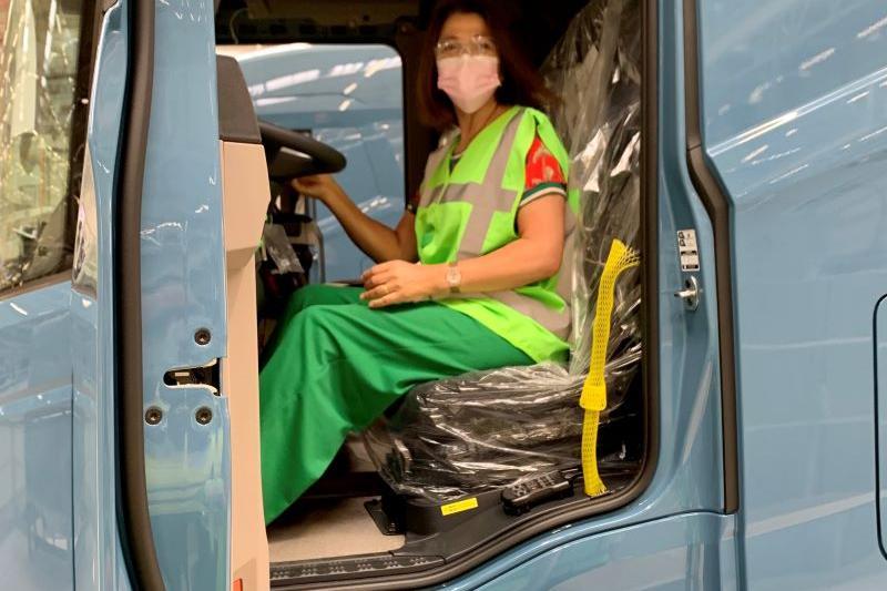 Nahima Lanjri (CD&V) kruipt achter het stuur bij DAF Trucks