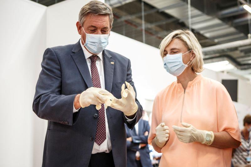 Minister-president Jambon (N-VA) leert omgaan met incidenten bij de vaccinproductie