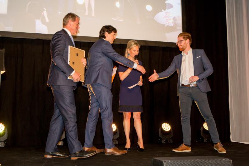 Sander De Roeck neemt award in ontvangst