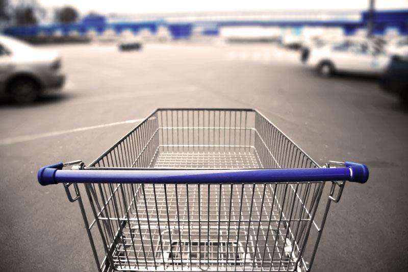 Winkelkar op de parking van de supermarkt