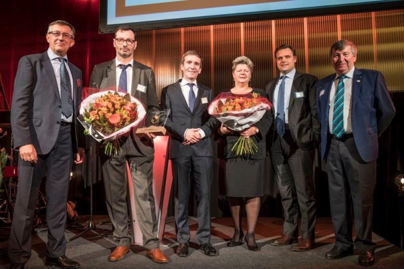 Van links naar rechts ziet u Dirk Bulteel, Stefan Stremersch, Geert Schotte, Mia Van Weddingen, Philippe De Backer en Luc De Ryck